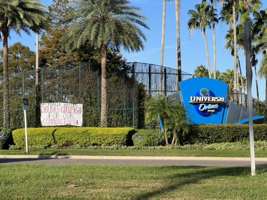 Migrantes cuelgan pancartas en parques de diversiones; piden intervención de Harris