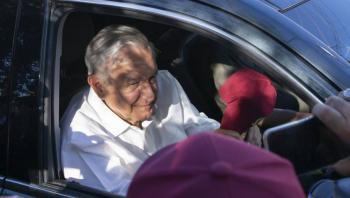 AMLO asiste a funeral de Celeste Batel, esposa de Cuauhtémoc Cárdenas