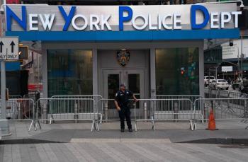 Nueva York obligará a policías y bomberos vacunarse contra el Covid-19