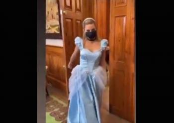 Disfrazada de Cenicienta, Mariana Rodríguez visita el Palacio de Gobierno de NL