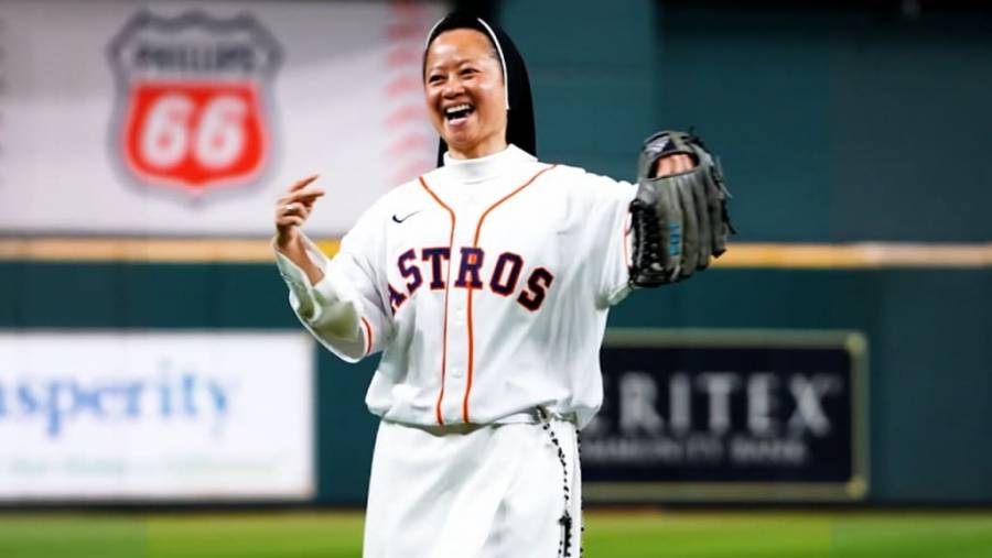 Una monja hace el primer lanzamiento del partido Boston vs Astros
