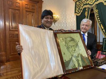 Evo Morales regaló a AMLO un cuadro de su rostro, hecho con hojas de coca