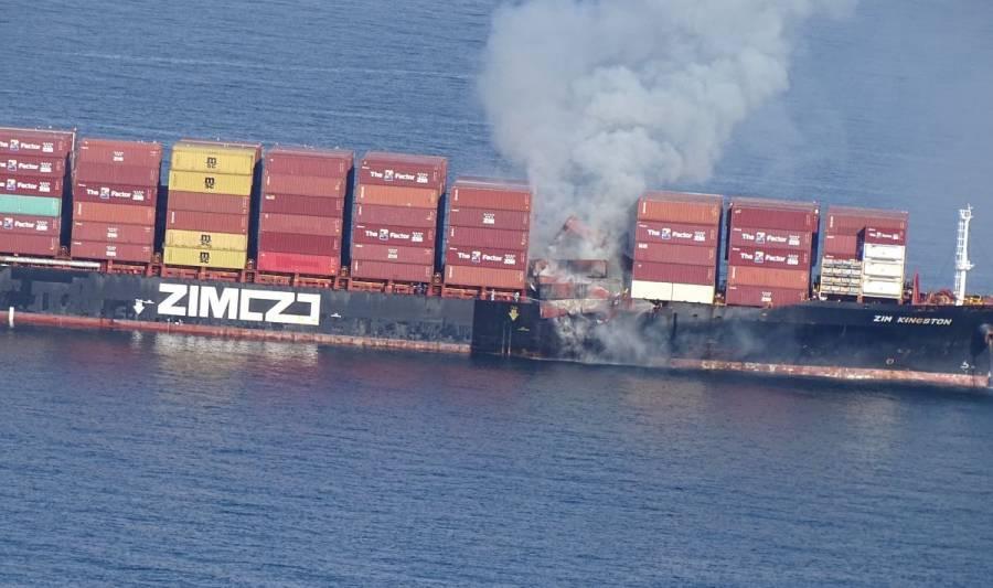 Incendio de barco despide gases tóxicos en la costa de Canadá