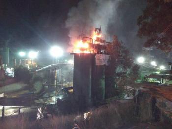 Bomberos controlan incendio en planta de asfalto en Coyoacán