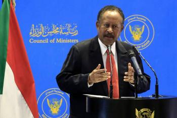 Primer ministro de Sudán regresa a casa y manifestantes reciben gases lacrimógenos