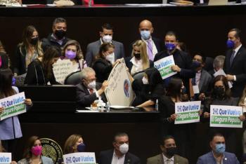 Entre pancartas y lápidas, Jorge Alcocer defiende la política de salud