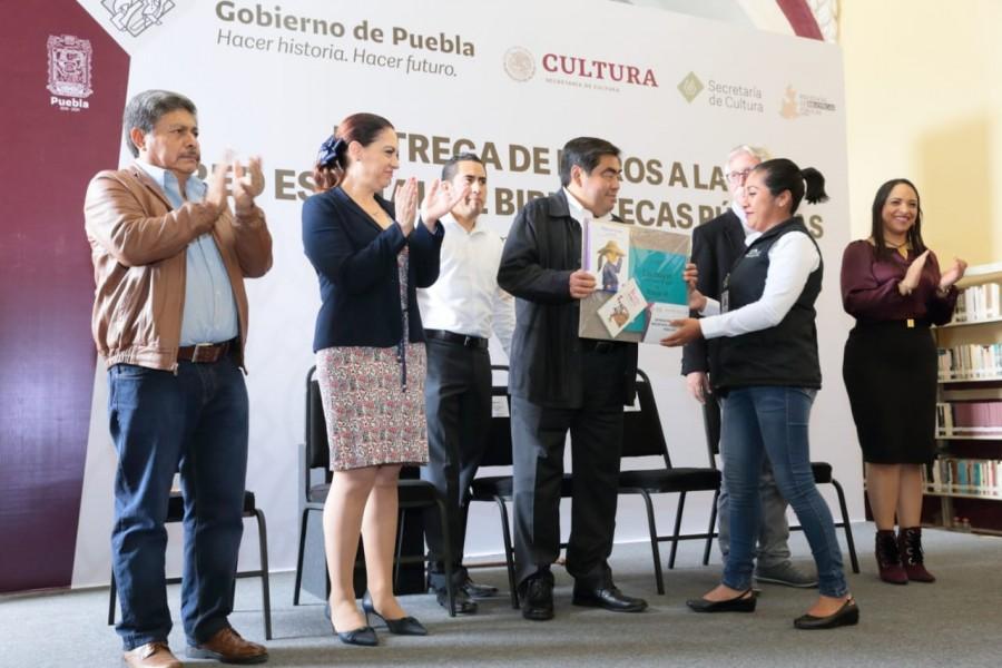 Barbosa entrega libros a la Red Estatal de Bibliotecas Públicas en Puebla