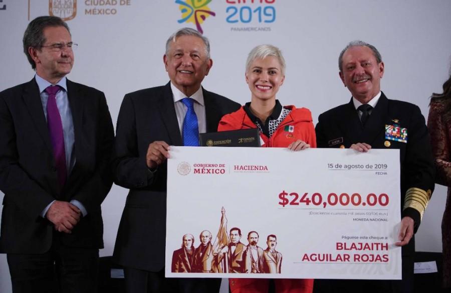 Entrega AMLO reconocimiento a deportistas de los Panamericanos 2019