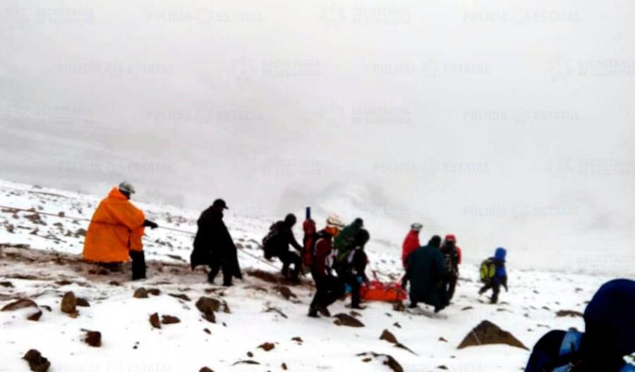 Rescatan a hombre que cayó del volcán Iztaccihuatl