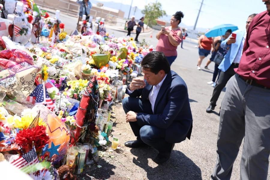 Mario Delgado deposita ofrenda floral en memoria de víctimas de El Paso