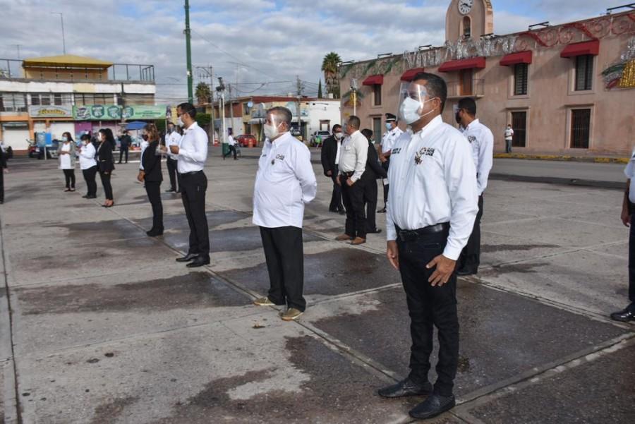 El alcalde Gilberto Hernández encabeza el acto cívico del 210 aniversario del inicio de la Independencia de México