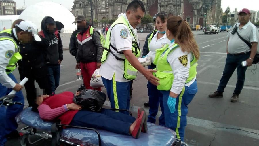 Auxilia ERUM a dos mujeres que se manifestaban en el Zócalo capitalino