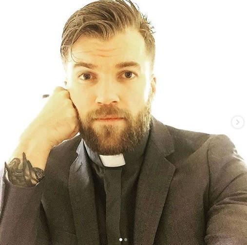 Por su galanura, sacerdote sueco enciende las redes sociales