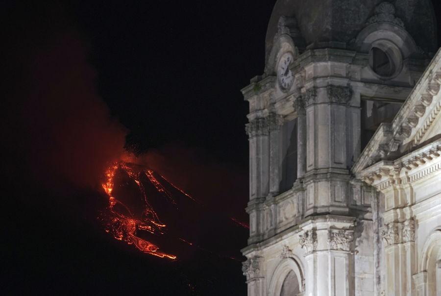 La espectacular erupción del volcán Etna en Italia