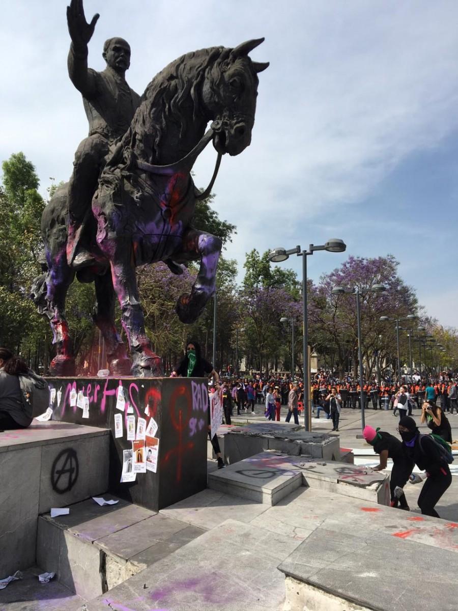 Manifestantes entran al Hemiciclo a Juárez, al lugar arribaron elementos de seguridad