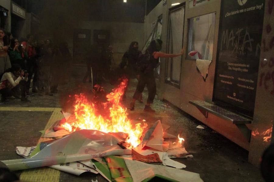 Manifestantes prenden fuego a estación de la SSC