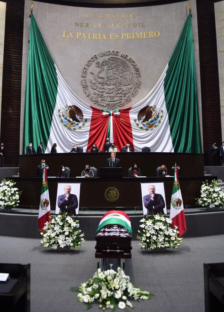 Rinden homenaje de cuerpo presente a René Juárez en Cámara de Diputados