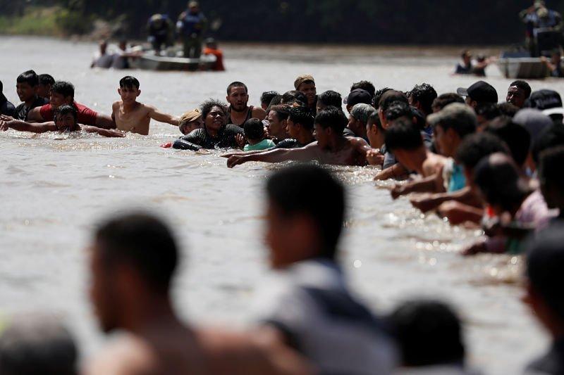 Segunda caravana de migrantes cruza el río Suchiate hacia México