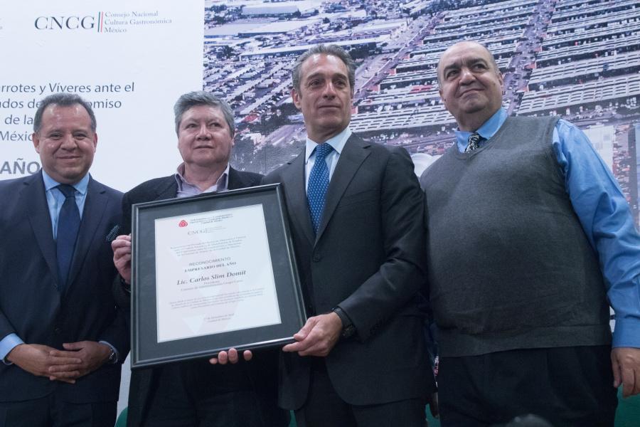 Central de Abasto entrega reconocimiento a Carlos Slim Domit