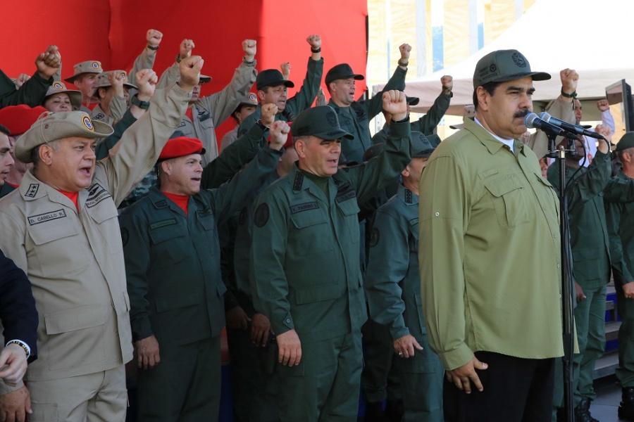 Maduro exhibe milicia contra traidores