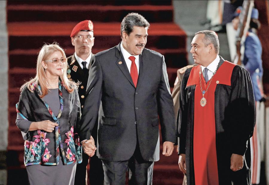 Aislado y en total quiebra, Maduro asume mandato