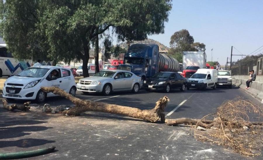 Desabasto de gasolina, provoca cierres viales en Iztapalapa