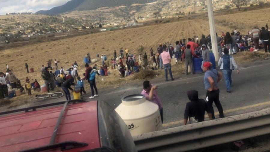 Es saqueada por pobladores una toma clandestina en Acambay Estado de México