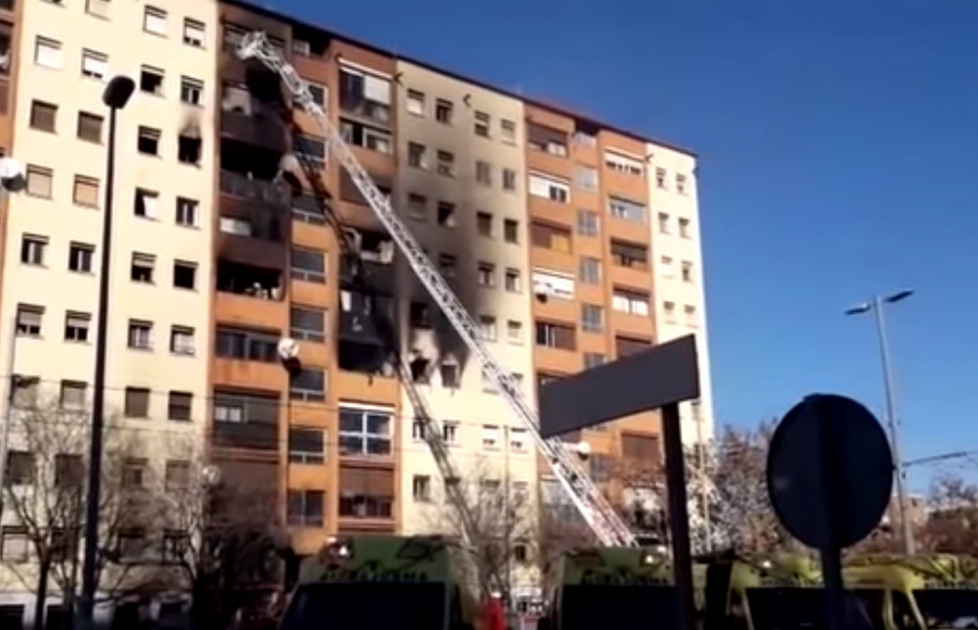 Incendio en Badalona, deja al menos tres muertos y 16 heridos