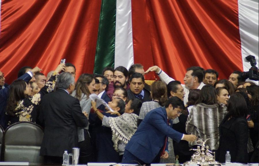 Por gasolinazo, chocan Morena y la oposición