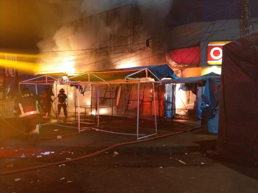 Elementos del SSC apoyan en incendio de un local en Tacubaya