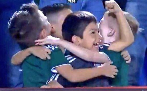 Niños festejan gol del Tricolor abrazados