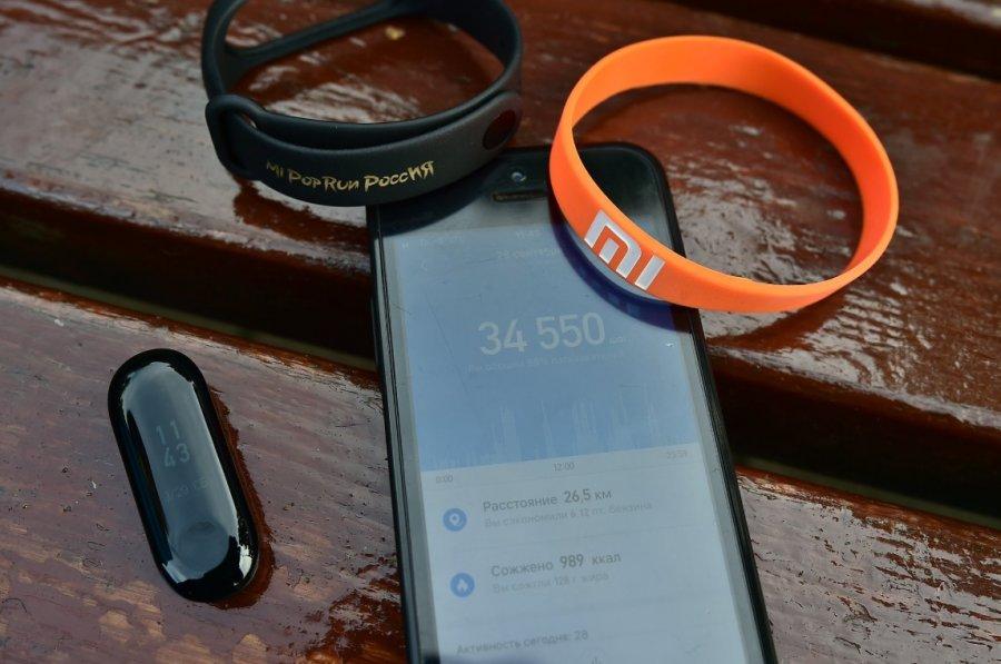 Pulsera Xiaomi detecta ritmo cardiaco en el rollo de papel higiénico