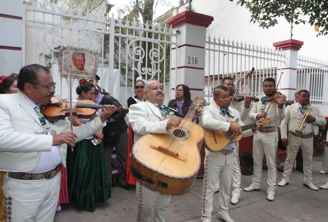 Simpatizantes festejan cumpleaños de AMLO frente a la casa de transición