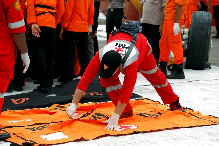 Encuentran fuselaje principal del avión accidentado en Indonesia