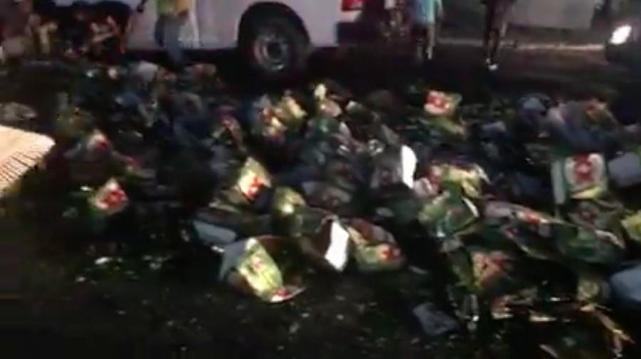 Trailer tira carga de cerveza en Nuevo León