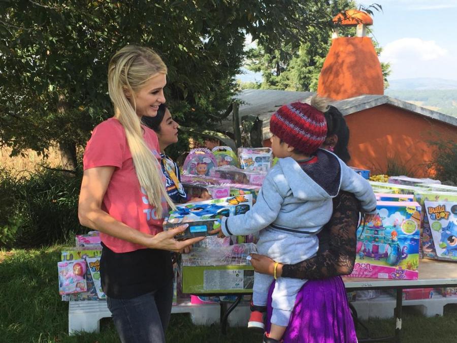 Paris Hilton visita comunidad mazahua y dona 100 mil pesos