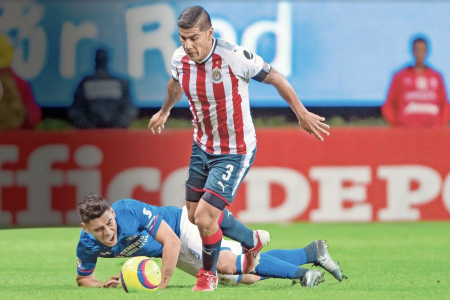 Con 222 partidos y 5 títulos, Salcido se despide de Chivas