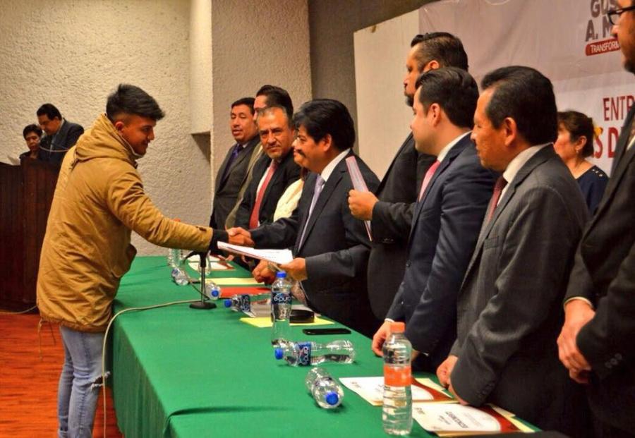 Chíguil entrega becas a prestadores de servicio social en la GAM
