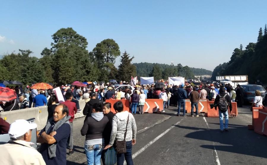 Manifestantes bloquean la carretera México-Toluca