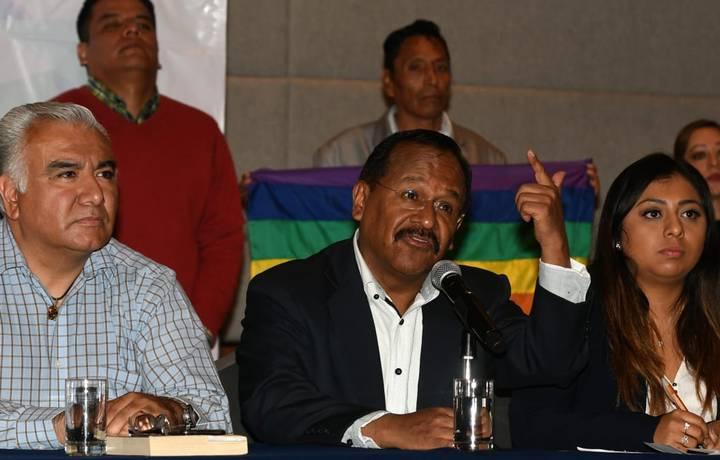 Renuncian 50 mil militantes del PRD, se suman al proyecto de Bejarano