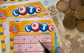 Hombre gana la lotería luego de limpiar su escritorio