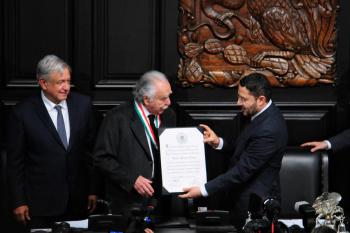 Carlos Payán Velver, recibe medalla Belisario Domínguez