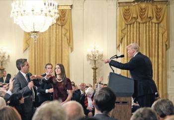 Magnate echa a periodista de CNN de la Casa Blanca