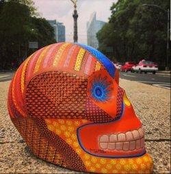 Con ofrenda digital y 54 cráneos celebran a los muertos