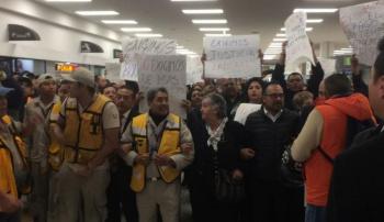 Trabajadores se manifiestan en Terminal 1 del AICM