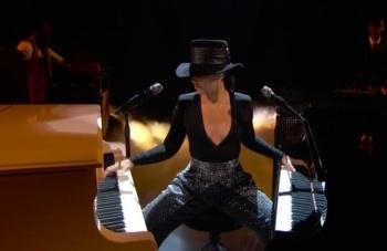 Alicia Keys sorprende en la gala de los GRAMMYs (VIDEO)