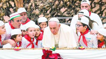 El Papa bendice a niños Dios para iniciar época de Navidad