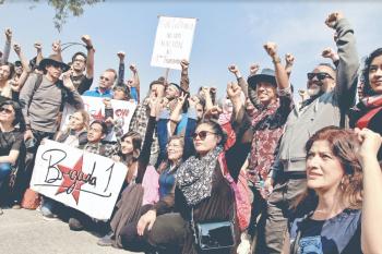 Protesta comunidad cultural por recorte