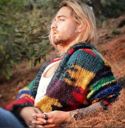 Maluma estrena cambio de look y lo confunden con el rockero Kurt Cobain